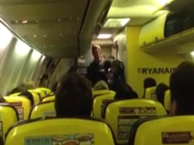 Vid o des passagers de ryanair appellent la police pour for Interieur avion ryanair