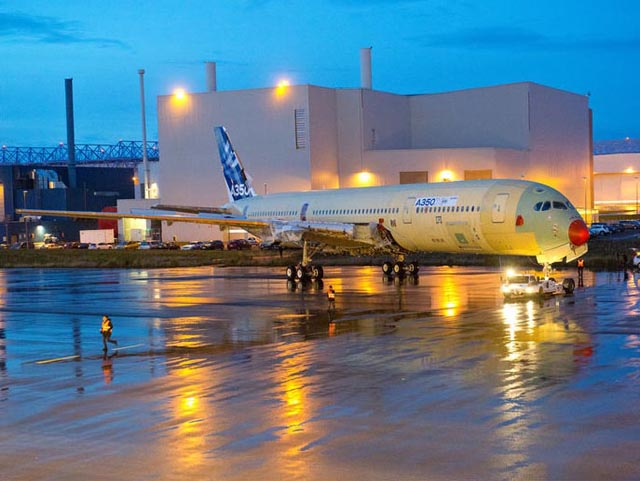 Le Premier A350 Enti Rement Assembl Sort De L Usine De