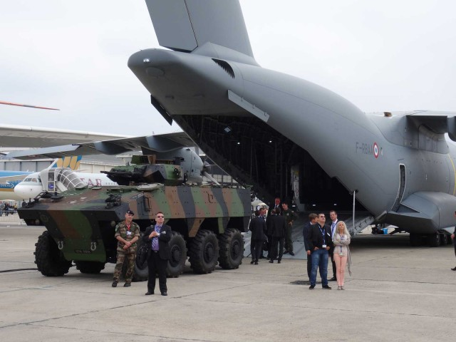 air-journal-bourget-2015-ambiance-militaire
