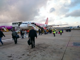 air-journal-easyjet-passagers-tarmac-aeroport-lisbonne