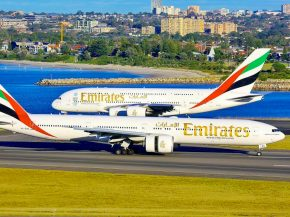 air-journal-emirates-2-avions-a380-au-fond