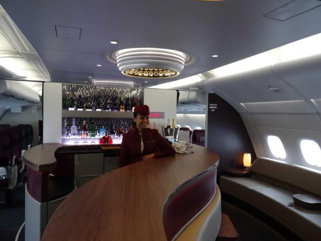air-journal-qatar-a380-bar-hotesse