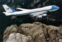 air-journal_Air_Force_One_over_Mt_Rushmore