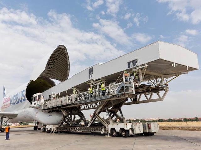 air-journal_Airbus A350-1000 wing cover Beluga usine