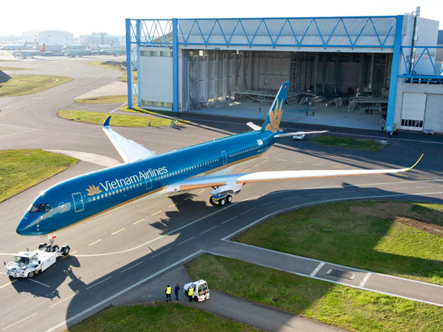 air-journal_Vietnam_Airlines_A350-900_roll_out_paintshop_1