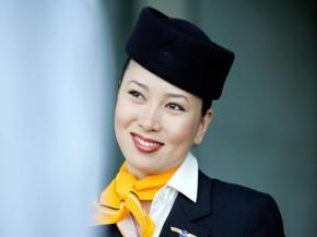 aj_lufthansa_hotesse-asiatique